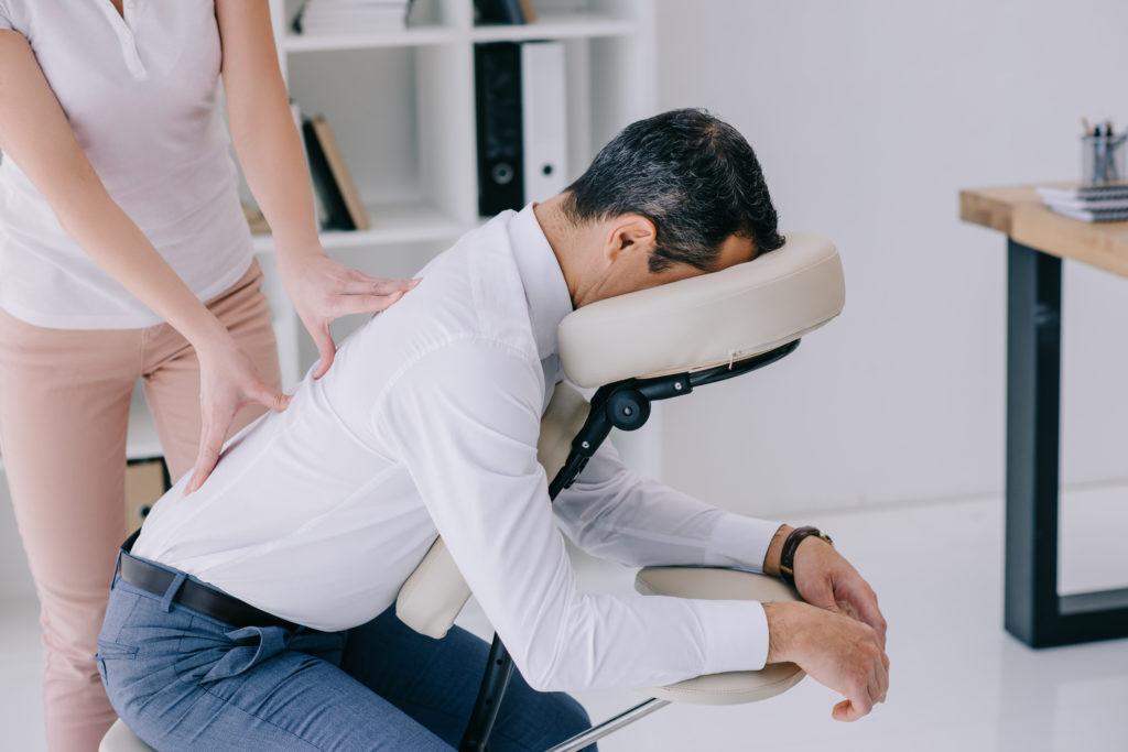 Un homme a la chance de recevoir un massage assis