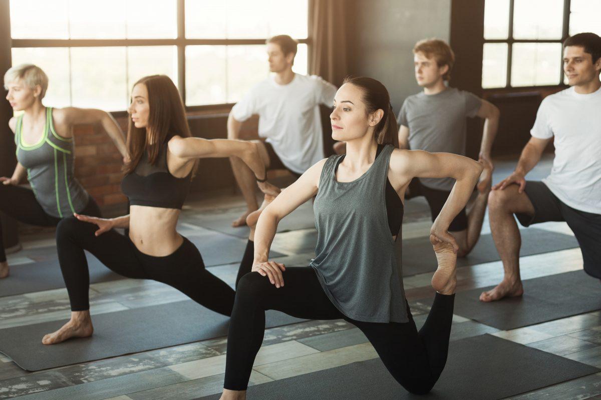 Un cours collectif de yoga et de pilates