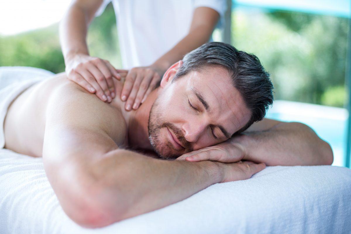 Un homme se fait masser